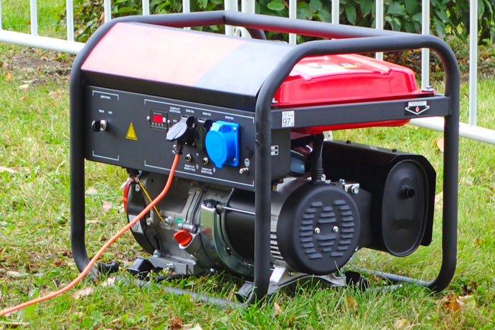 芝生の上に置いてある発電機