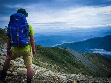 山を見下ろす男性