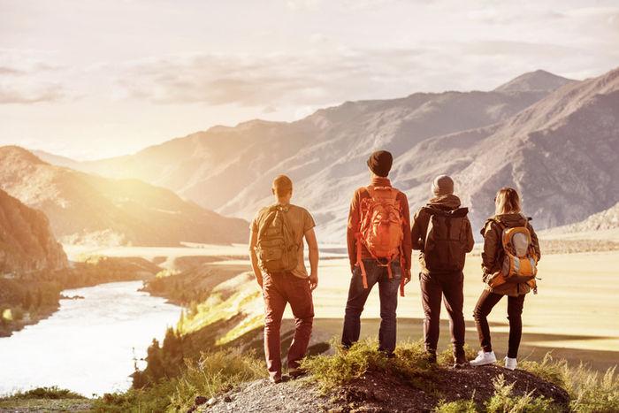 ハイキングをする男女