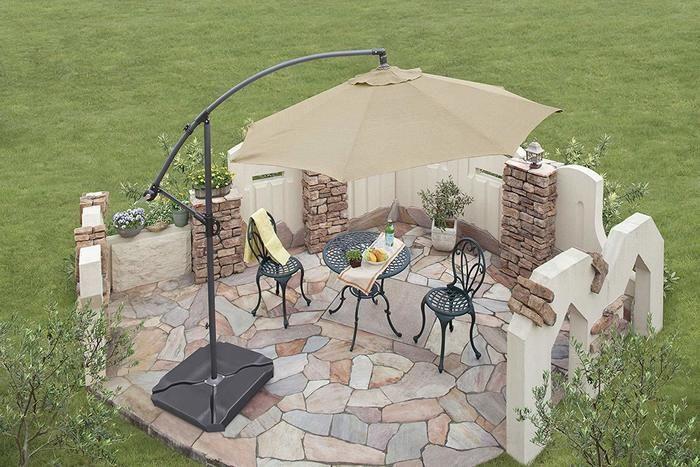 庭に設置されたガーデンチェアとパラソル