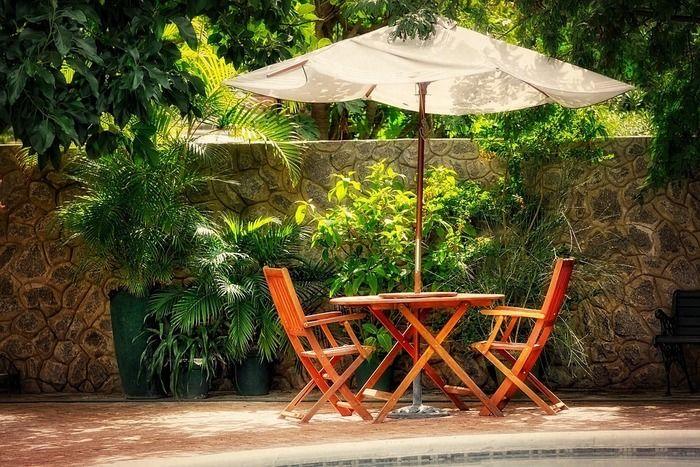 ガーデンチェアとパラソル