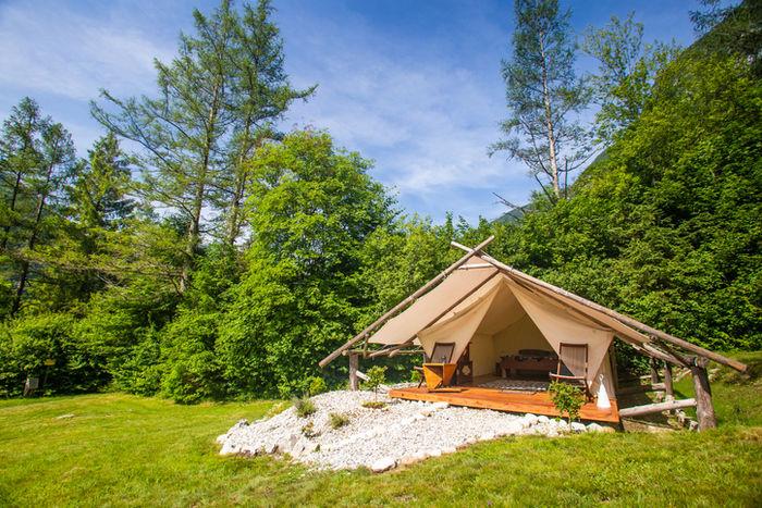 森の中に立っているテントの写真