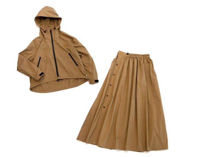 ブラウンカラーのレインウェアジャケットとスカートの写真