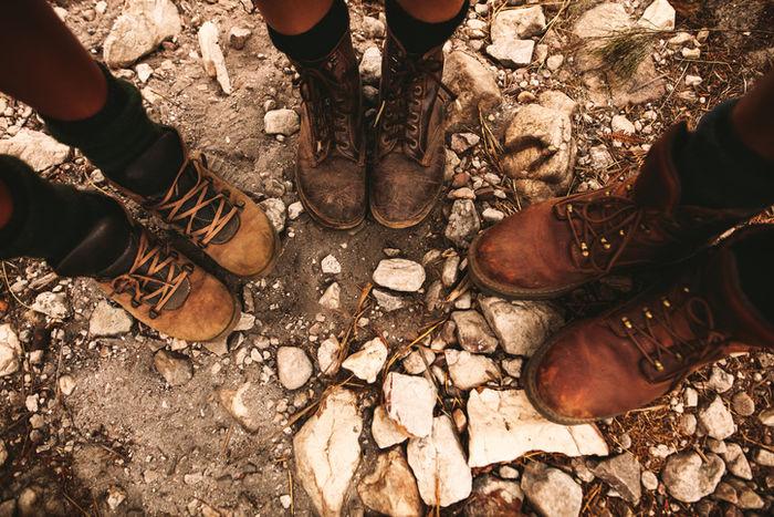 ブーツを履いている三人の人