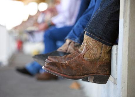 ジーンズにブーツを合わせた男性の足下