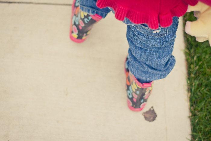 子供が長靴を履いている写真