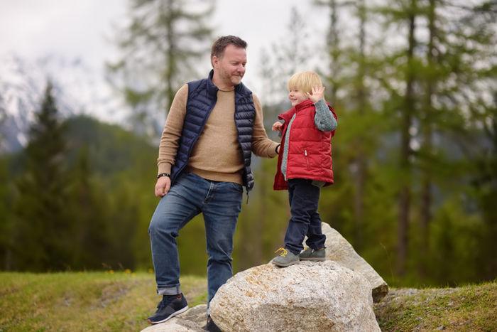 ベストジャケットを着ている親子の写真