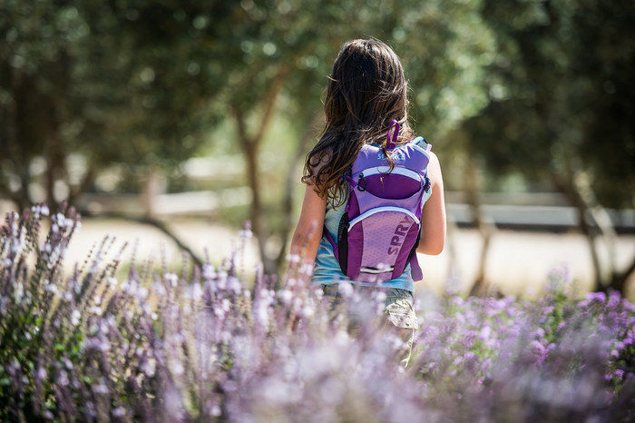 紫色のリュックを背負った女の子の写真