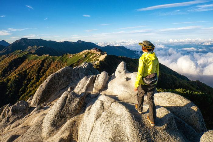 山頂を歩いている女性のハイカー