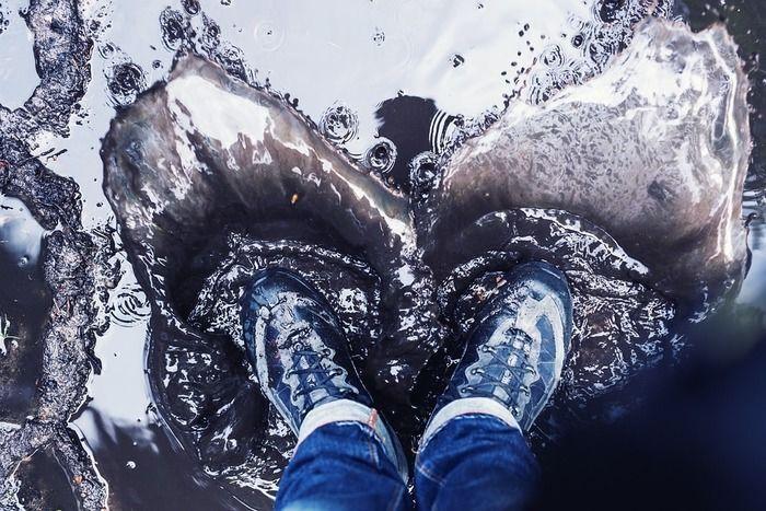 防水靴で水溜まりに入っている写真