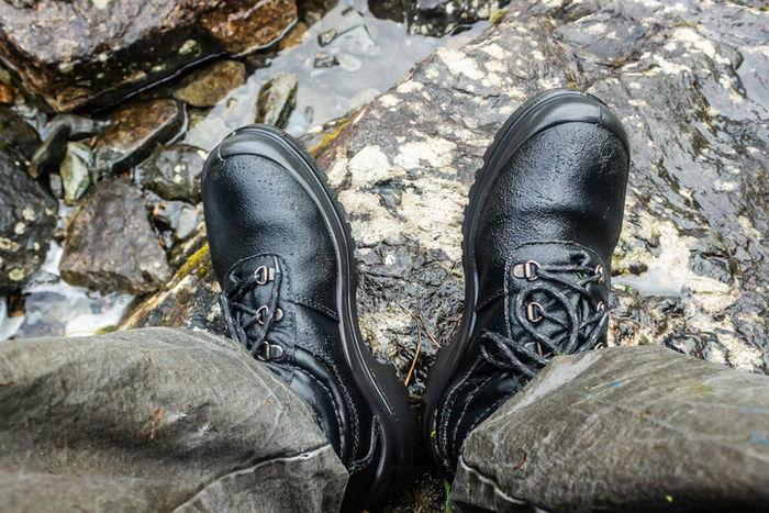 防水靴を履いて川にいる写真