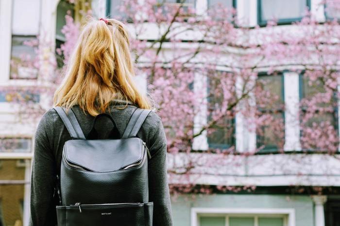 四角いリュックを背負った女性の写真