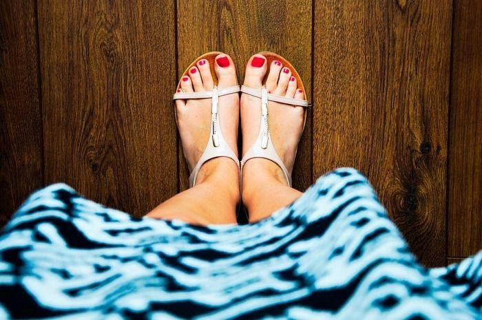 サンダルを履いている女性の足元の写真