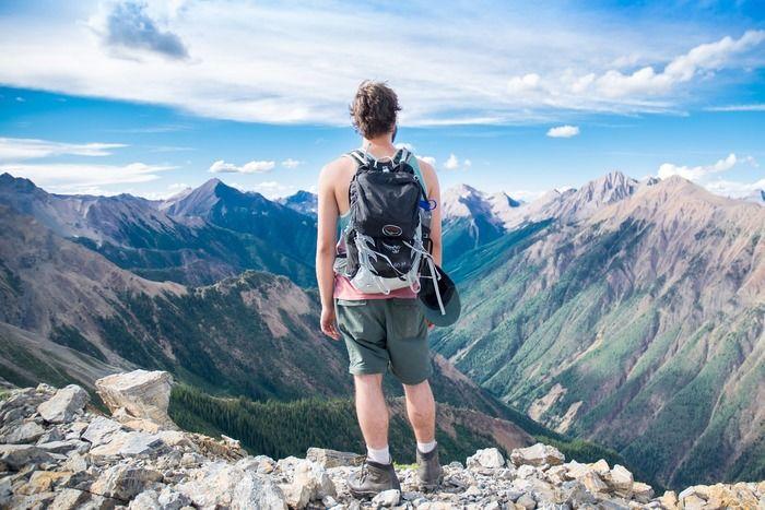 山岳に立つ男