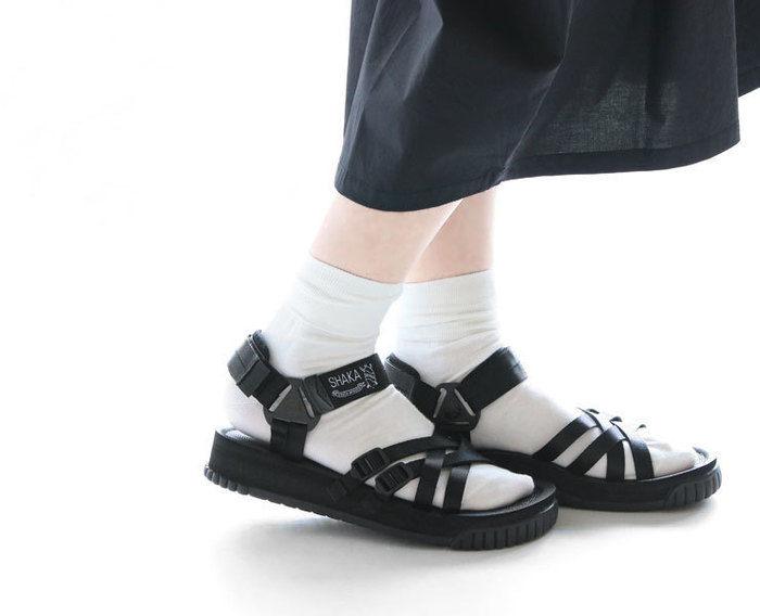 シャカのサンダルを履いた女性の足元