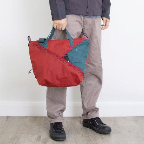 クレッタルムーセンのバッグを持った男性