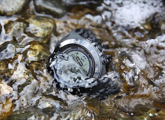 川にある時計
