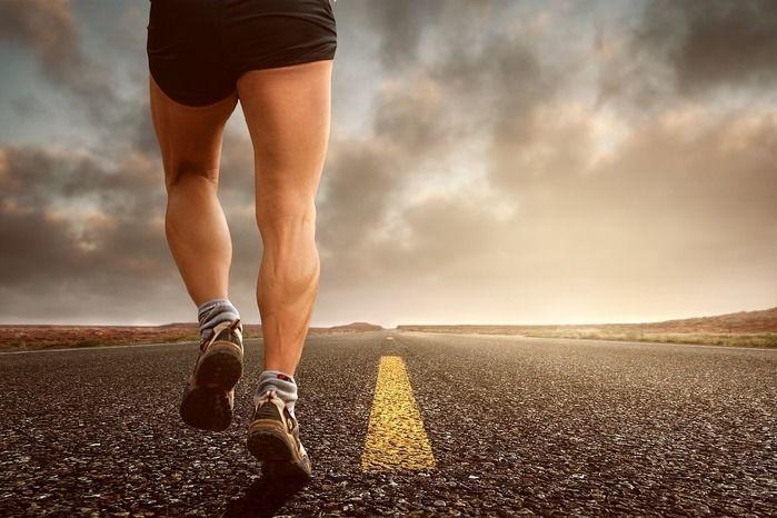 走る男性の脚