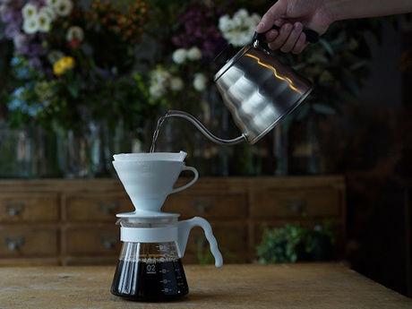 ハリオのドリッパーでコーヒーを淹れる様子