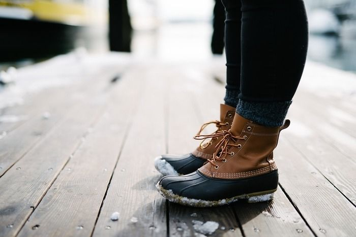雪のついたブーツを履いた足元