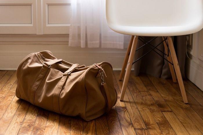 チェアの横に置かれた旅行バッグ