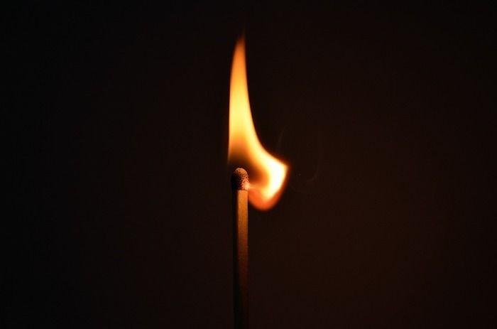 火のついたマッチ