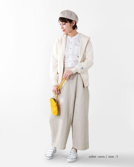 オーシバルパーカーを着た女性の写真