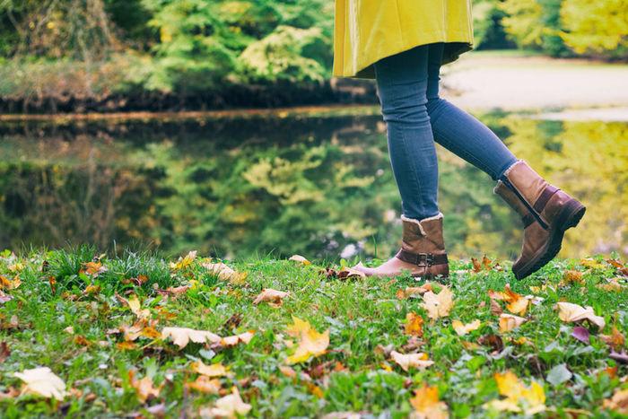 公園を散歩している女性の足元の写真