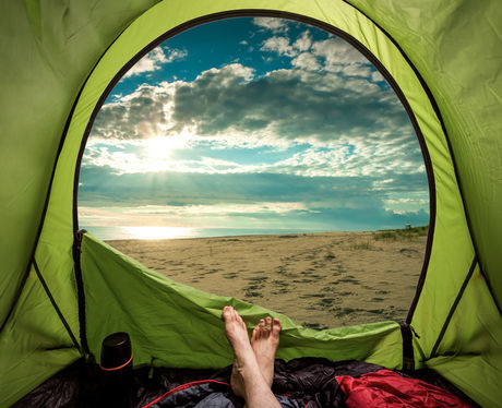 テントの中で横になっている人の足の写真
