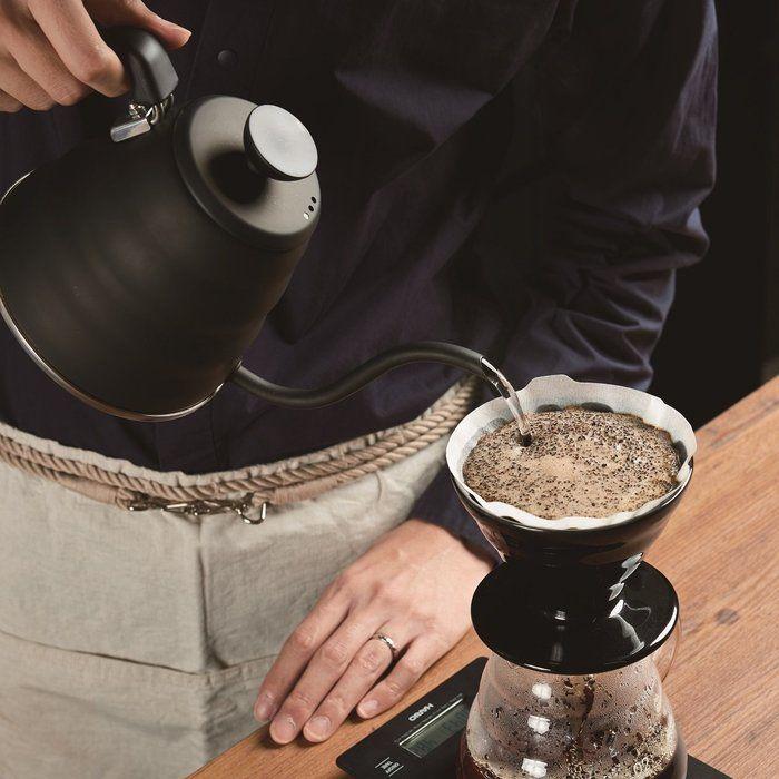 HARIOのV60透過ドリッパー02でコーヒーを淹れる様子