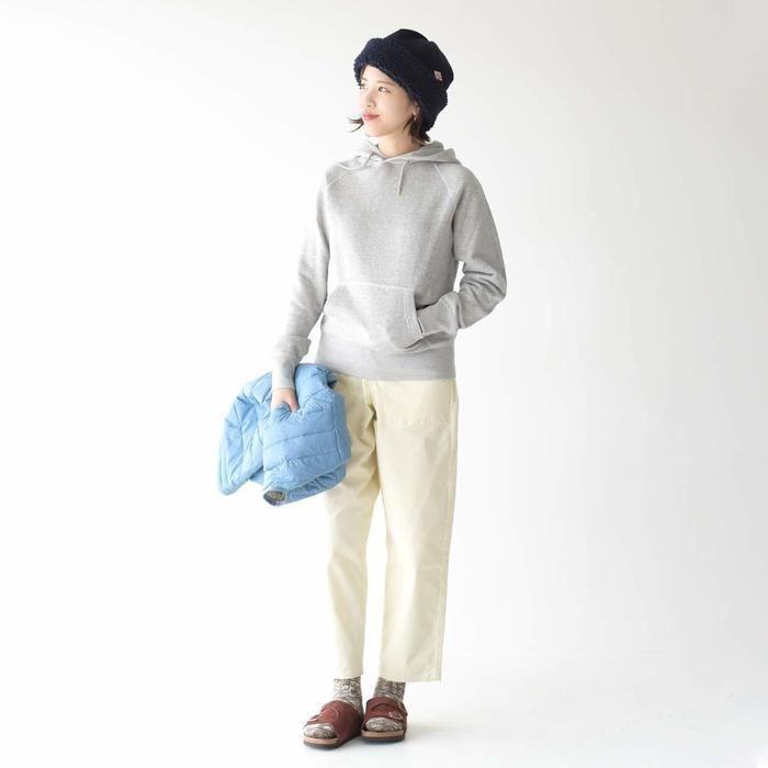 オーシバルパーカーを着ている女性の写真