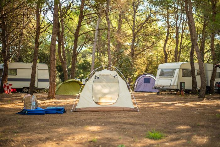 山の中のテントサイトの写真