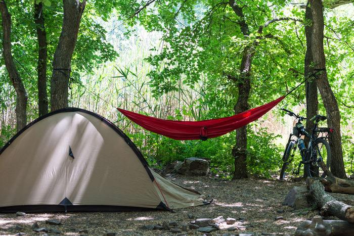 キャンプでハンモックを屋外に吊るしている写真