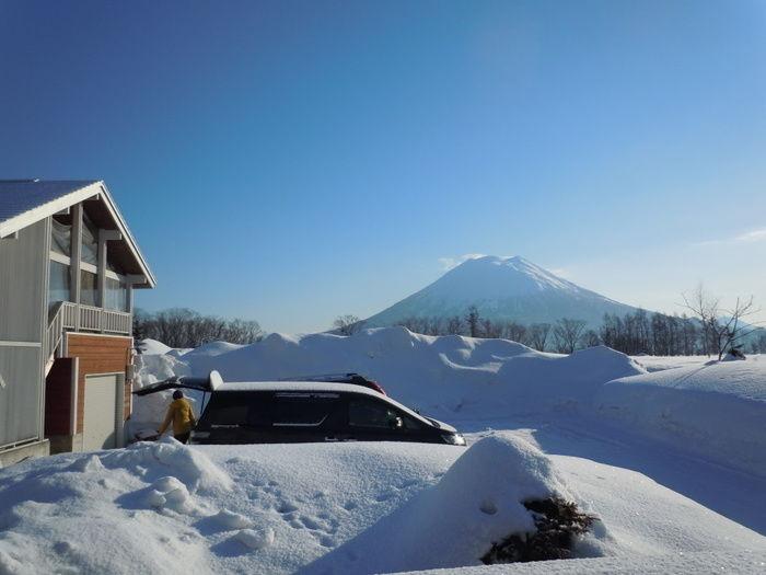 雪の中のコテージ