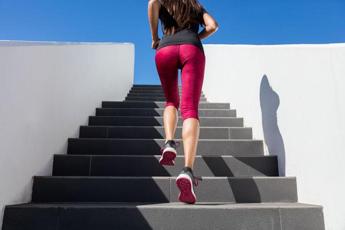 インナーパンツを履いてランニングをしている女性の写真