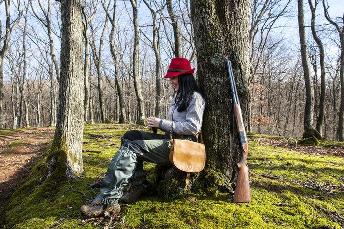 ショルダーバッグをかけている女性の写真