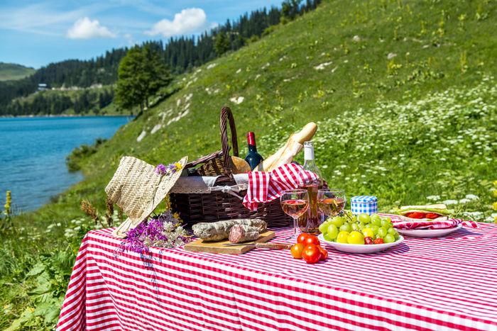 テーブルクロスを敷いた机の上に食物が置いてある写真