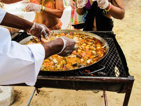 浜辺で料理でしている写真