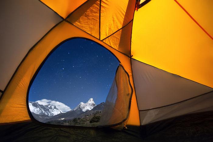 テントの中から山の景色が見える写真