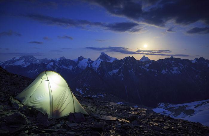 山に貼ってあるテントの写真