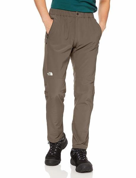 ノースフェイスのパンツを履いた男性の写真