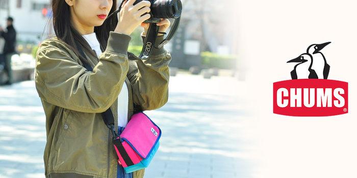 チャムスのカメラバッグを持った女性