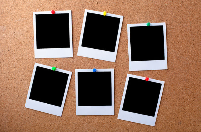 コルクボードにチェキで撮った写真を飾っている画像