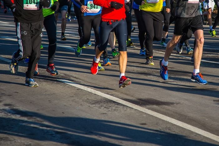 マラソン大会で人が走っている様子