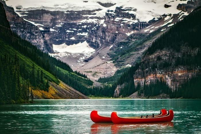 湖に浮かんでいるカヌーの写真