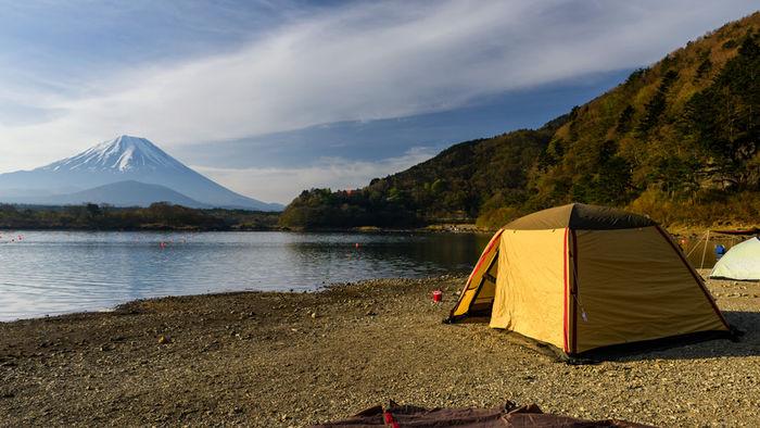 湖の側に貼ってあるテントの写真