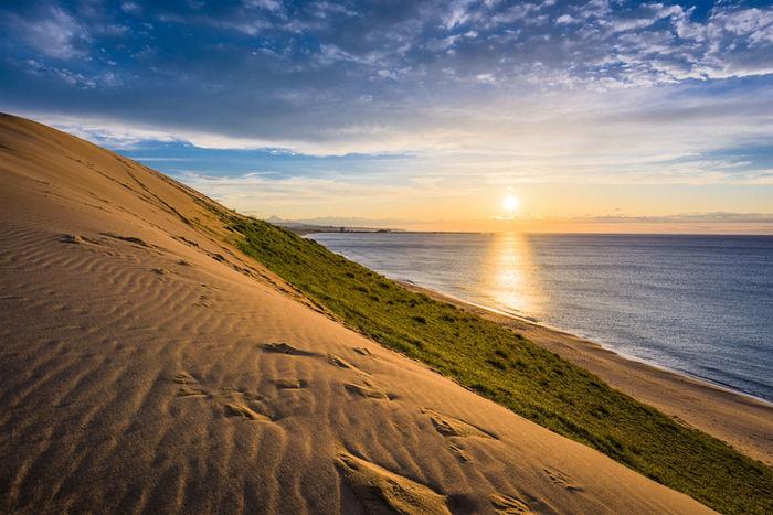 鳥取砂丘から見える夕日の写真