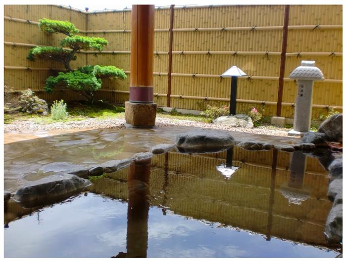 たかの温泉 神之瀬の湯の露天風呂の様子