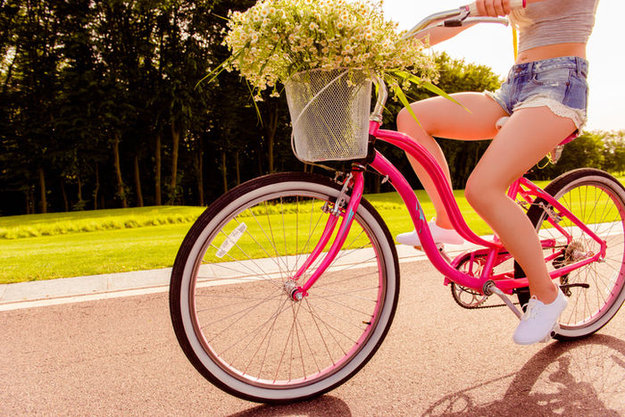 半ズボンでサイクリングをしている女性の写真