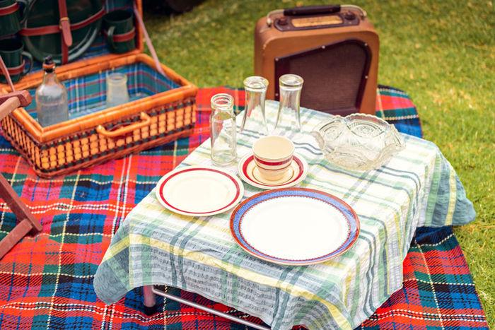 おしゃれなテーブルクロスを敷いて食器を置いている様子